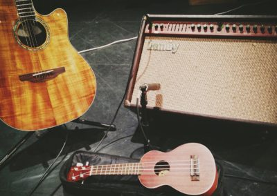Ukulele,_Guitar,_and_Laney_amp_on_worship_-_2014-12-21_(by_David_Mulder)